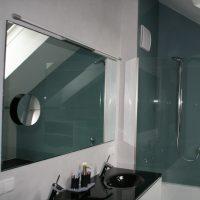 Badezimmer: Spiegel und Duschtüre